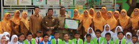 Walikota Banda Aceh Berikan Piagam Penghargaan Kepada 3 Pilot Project Yang Lulus Pada Program Pemilahan Sampah Di Sekolah dan Kantor